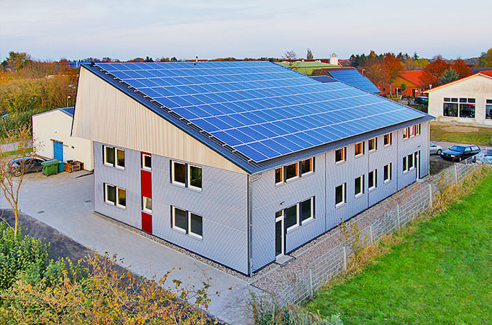 Gewerbehalle mit Photovoltaikanlage